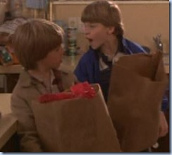 S1E16_shopping_boys_help